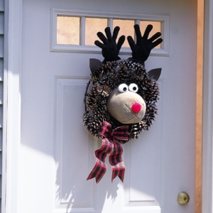 red-nosed-wreath-deer-christmas-craft-photo-420-FF1199DOORA01